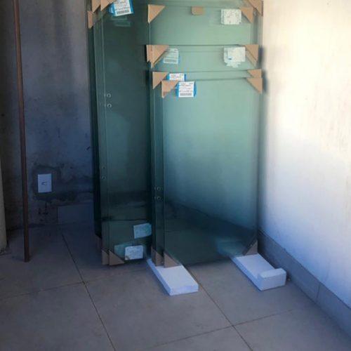Piso do térreo instalado e vidros entregues
