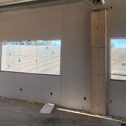 Janelas instaladas e paredes sendo fechadas