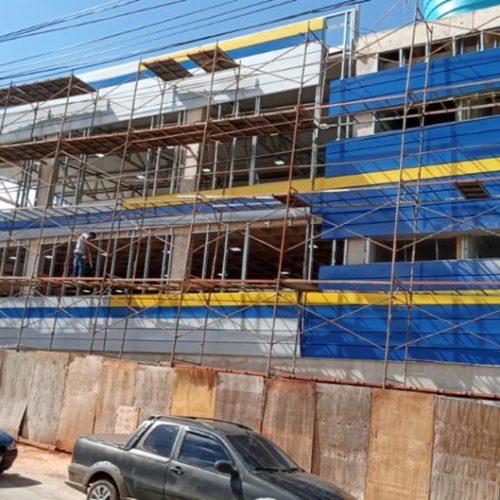 Instalação da fachada em andamento