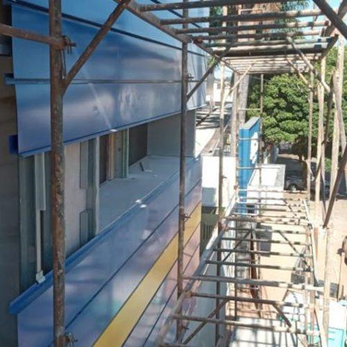 Detalhe da instalação da fachada