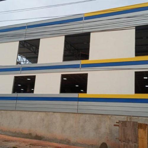Instalação dos painéis da fachada avançada